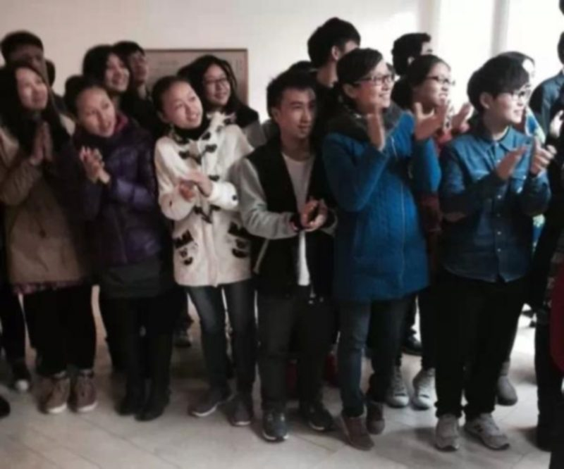 Students gathered to see off President Xi Jinping